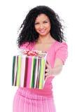 Frohe Frau mit Geschenkkasten Stockfoto