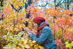 Frohe Frau nimmt Bildern von Tropfen des Taus Lizenzfreie Stockfotografie