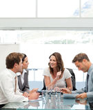 Frohe Geschäftsfrau, die mit ihrem Team spricht lizenzfreie stockfotos