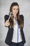 Frohe Geschäftsfrau zeigt ein Symbol der Eurowährung Stockfotografie