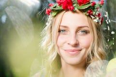 Frohe glückliche blonde Frau mit den glänzenden Strahlen der Sonne erweitern sich Stockfotos