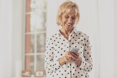 Frohe Hausfrau, die freundliche Mitteilung schreibt lizenzfreies stockfoto