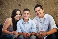 Frohe hispanische Familie Lizenzfreie Stockfotos