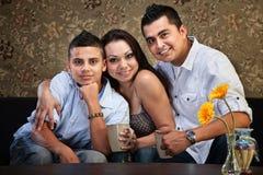 Frohe hispanische Familie Stockbilder