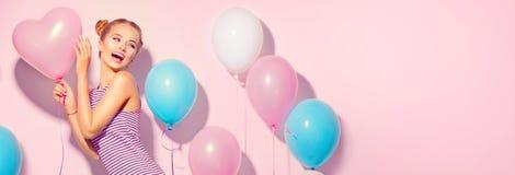 Frohe Jugendliche der Schönheit mit bunten Luftballonen stockbild