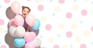 Frohe Jugendliche der Schönheit mit bunten Luftballonen stockfotografie