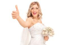 Frohe junge Braut, die einen Daumen aufgibt Stockbilder