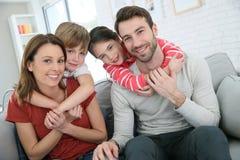 Frohe junge Familie, die zusammen Zeit verbringt stockfotografie