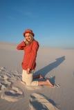Frohe junge Frau, blond in einem Leuchtorangehemd glücklich smil Lizenzfreie Stockfotos
