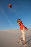 Frohe junge Frau, Blondine haben Spaß auf dem Strand Stockbilder