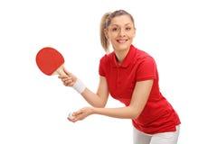 Frohe junge Frau, die Tischtennis spielt Lizenzfreie Stockfotografie