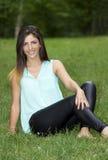 Frohe junge Frau im Park lizenzfreie stockfotografie