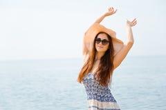 Frohe junge Frau mit den Armen angehoben Lizenzfreies Stockfoto