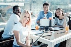 Frohe junge Leute, die auf Kamera lächeln Lizenzfreie Stockfotos