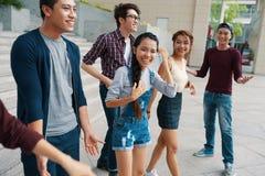 Frohe junge Leute draußen stockfotografie