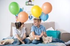 Frohe Kinder, die Spaß an der Geburtstagsfeier haben Lizenzfreie Stockfotos