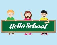 Frohe Kinder halten eine Schulbehörde und sie sagt Schule Guten Tag Stockfotografie
