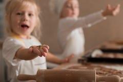 Frohe Kinder im Koch Shape Bake Cookies Kulinarisches Konzept Bild für Auslegung stockfoto