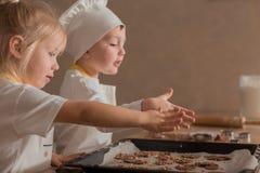 Frohe Kinder im Koch Shape Bake Cookies Kulinarisches Konzept Bild für Auslegung lizenzfreie stockbilder