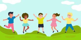 Frohe Kinder springen zusammen auf sonnige Wiese des Sommers Die Freizeitkleidung der mehrfarbige Kinder Gl?ckliche Kindheit von  stock abbildung