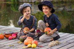 Frohe Kinderfarbe kleine Halloween-Kürbise Lizenzfreies Stockbild
