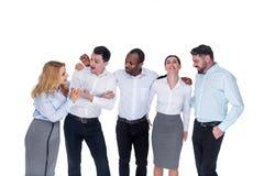 Frohe lächelnde und sprechende Mitarbeiter stockbild