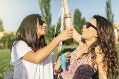 Frohe Mädchen, die Spaß im Park haben stockbilder