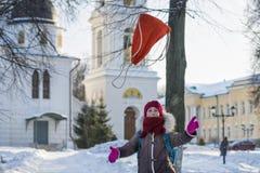Frohe Mädchen mit Rucksack geht nach Hause von der Schule stockbild