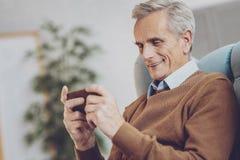 Frohe männliche Person, die Spiele spielt lizenzfreie stockfotografie