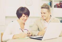 Frohe Mutter und Sohn betrachten Software auf Laptop Lizenzfreies Stockfoto