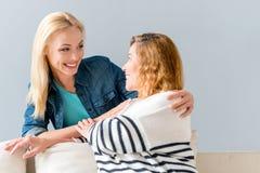Frohe Mutter und Tochter, die glücklich umarmt Lizenzfreie Stockfotografie