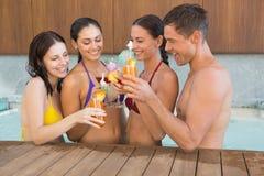 Frohe Naturen, die Getränke im Swimmingpool rösten lizenzfreies stockbild