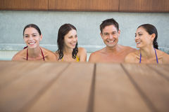 Frohe Naturen im Swimmingpool stockfotos