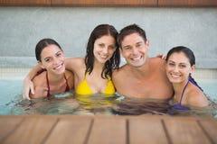 Frohe Naturen im Swimmingpool lizenzfreie stockbilder