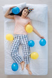 Frohe nette Frau, die durch Ballone umgeben wird Stockfotos