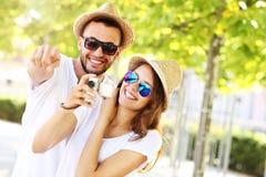 Frohe Paare, die Fotos in der Stadt machen Lizenzfreie Stockfotos