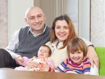 Frohe Paare zusammen mit Kindern Lizenzfreie Stockfotos