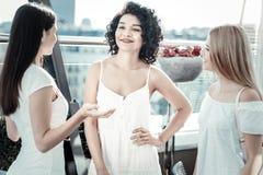 Frohe positive Frauen, die ihre Sitzung genießen Lizenzfreies Stockfoto