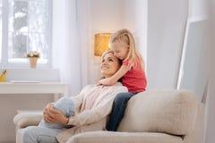Frohe positive Mutter, die in einer guten Laune ist Lizenzfreie Stockbilder