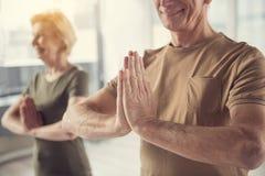 Frohe reife Leute, die am Studio meditieren lizenzfreies stockfoto