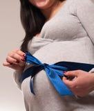 Frohe schöne schwangere Frau, die Baby erwartet Lizenzfreie Stockfotografie