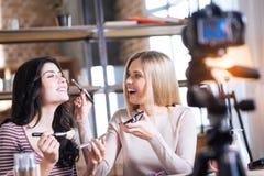 Frohe Schönheit Bloggers, die zusammenarbeiten Stockfotos