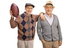 Frohe Senioren mit einem Fußball stockbilder