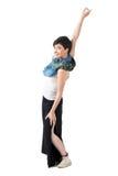 Frohe sorglose Frau, die mit dem angehobenen Arm betrachtet Kamera spinnt Stockfotos