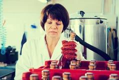 Frohe weibliche Angestelltverpackungs-Weinflaschen Stockfoto