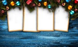 Frohe Weihnacht-Feld mit wirklicher hölzerner grüner Kiefer, buntem Flitter, Geschenk boxe und anderem Saisonmaterial über einer  Stockbilder