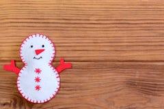 Frohe Weihnacht-Hintergrund Lustige Weihnachtsschneemanndekoration auf einem hölzernen Hintergrund mit leerem Raum für Text nahau Lizenzfreies Stockbild