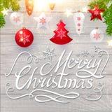 Frohe Weihnacht-kalligraphische Beschriftung auf elegantes weiches Holz-strukturiertem Hintergrund mit goldenen Lichtern, Tannen- Stockfoto