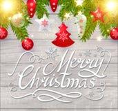 Frohe Weihnacht-kalligraphische Beschriftung auf elegantes weiches Holz-strukturiertem Hintergrund mit goldenen Lichtern, Tannen- Lizenzfreie Stockfotografie