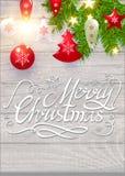 Frohe Weihnacht-kalligraphische Beschriftung auf elegantes weiches Holz-strukturiertem Hintergrund mit goldenen Lichtern, Tannen- Stockbild